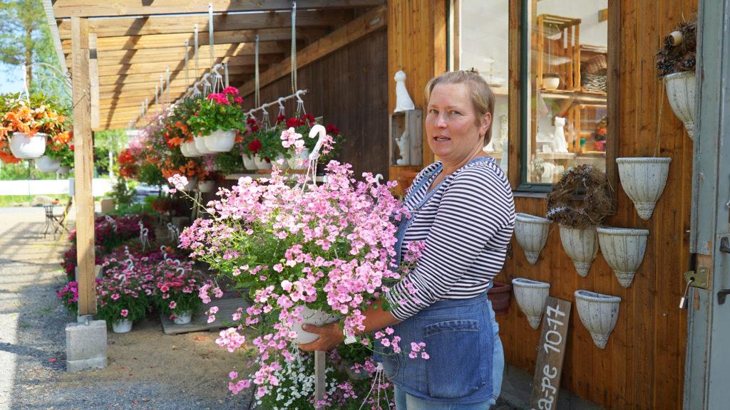 Kukkakauppias Kirsi Sarvi Mirrin ja Mintun puutarha.