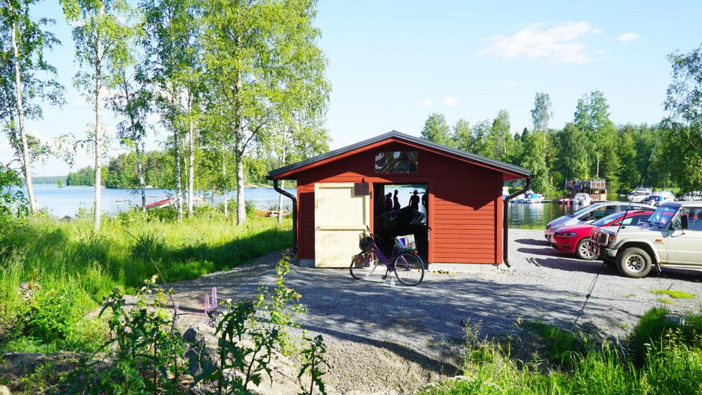 Punainen venevaja sijaitsee Kangasniemen taajaman rannassa.