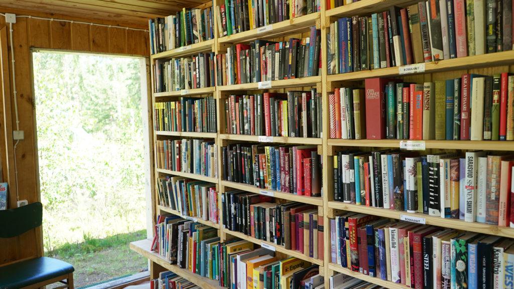 Urheilukentän vanhasta toimistajakopista tehtii kylän kirjasto.