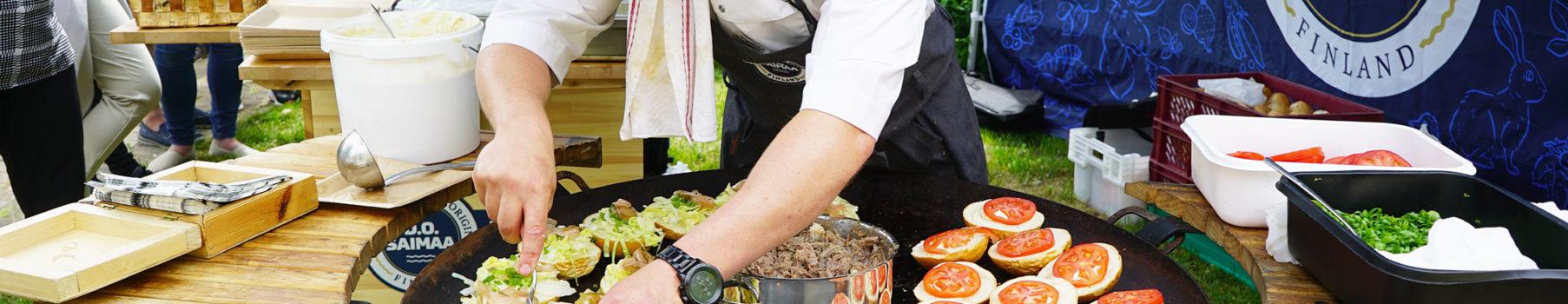 Ilkka Arvola valmistaa hanhihampurilaisia.