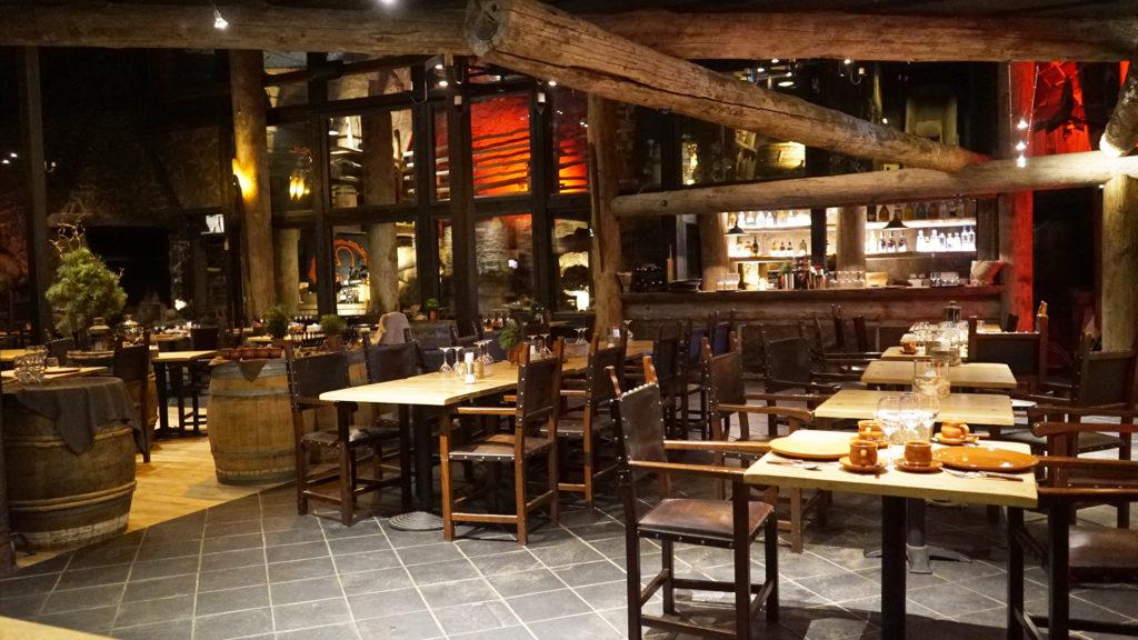 Järvisydämen ravintola on valaistu tunnelmallisesti.