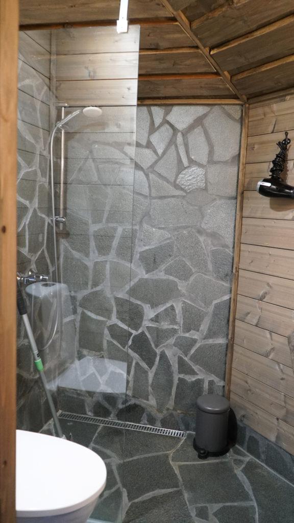 Maisemasviitin kylpyhuone.