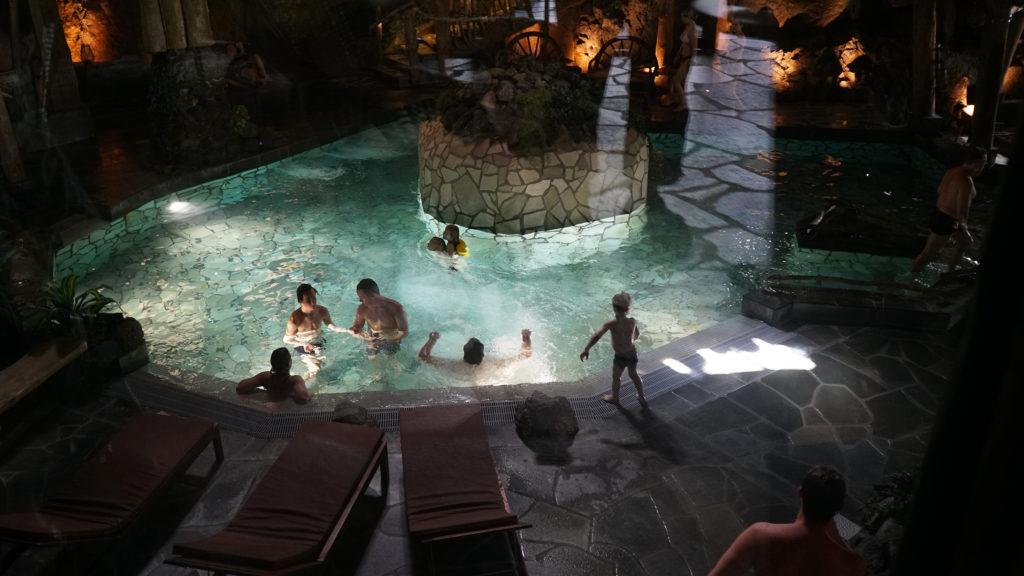 Uimareita Järvisydämen kylpylässä.