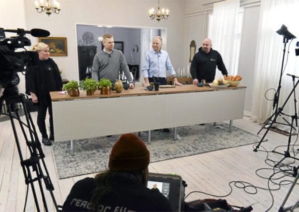 Haukivuorella kuvattua tv-sarjaa juonsi ruokabloggari Kati Jaakonen. Keittiö puuhissa nähtiin luomuviljelijä Antti Vauhkonen, ministeri Jari Leppä ja muusikko Timo Rautiainen.